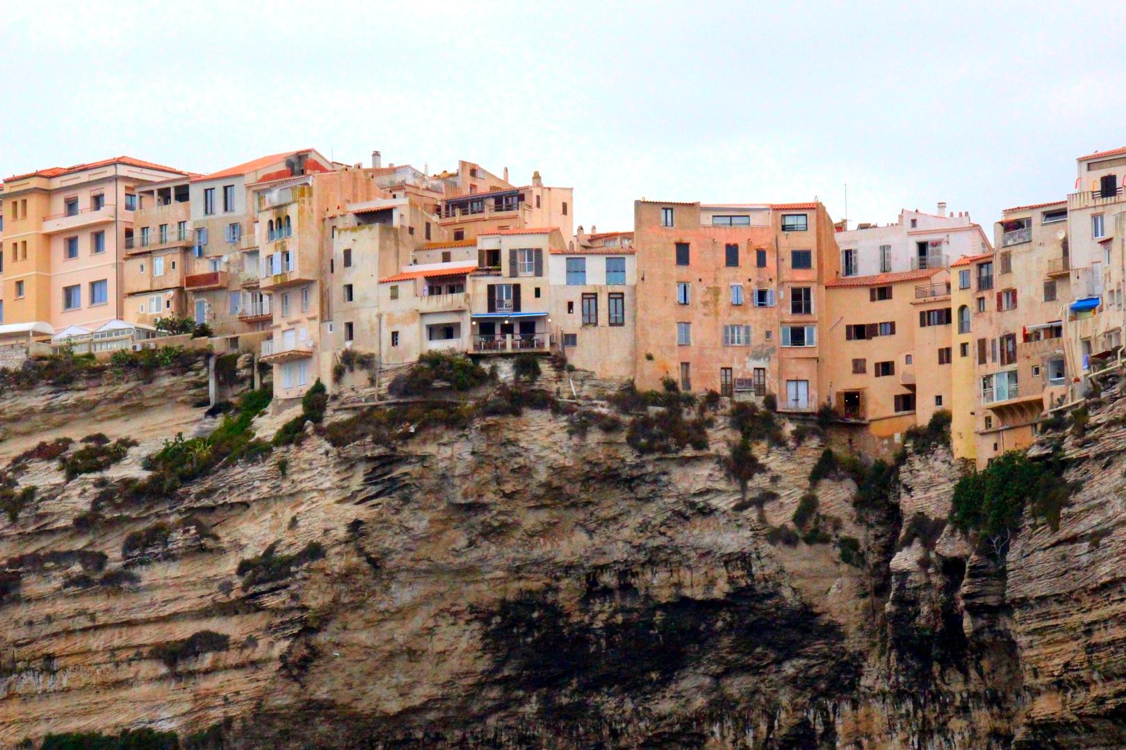 Corse - La ville de Bonifacio, accrochée à la falaise