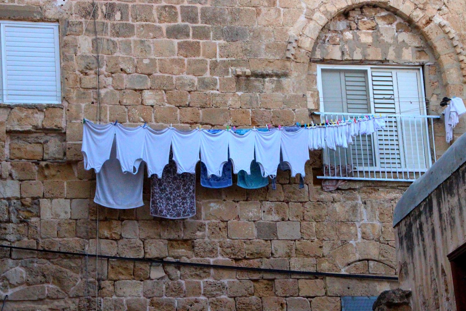 Israel - Linge étendu dans les rues de Saint Jean d'Acre - Akko