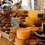 Corse - Vendeur de fromages et de charcuterie sur le marché d'Ajaccio