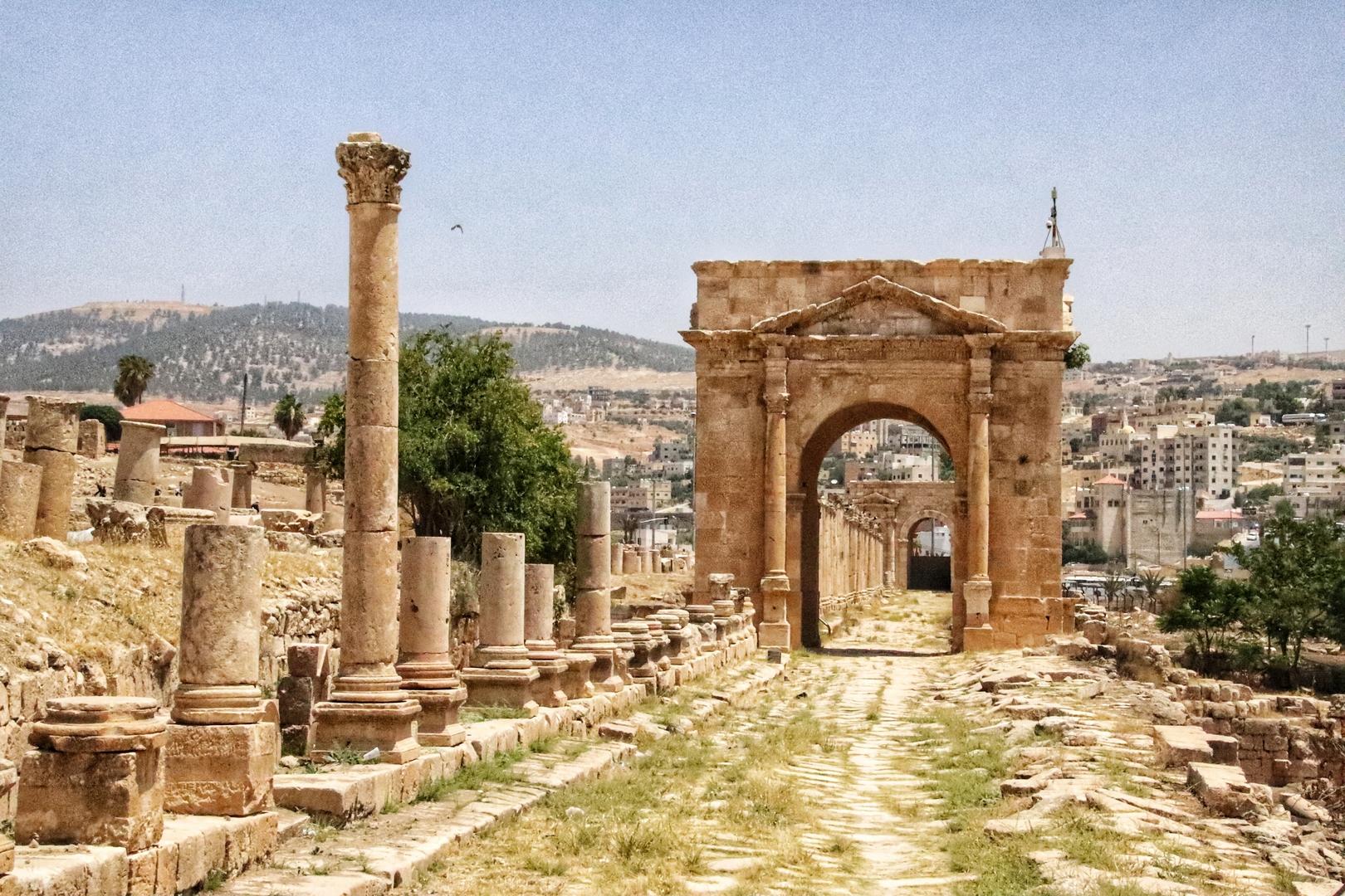 Jordanie - Rue des colonnades et tétrapyle sur le site romain de Jerash