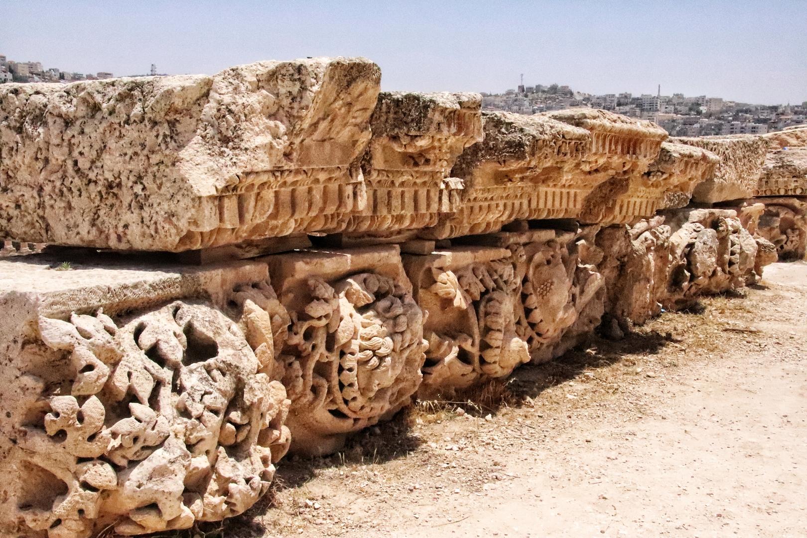 Jordanie - Détails de colonnes sur le site romain de Jerash
