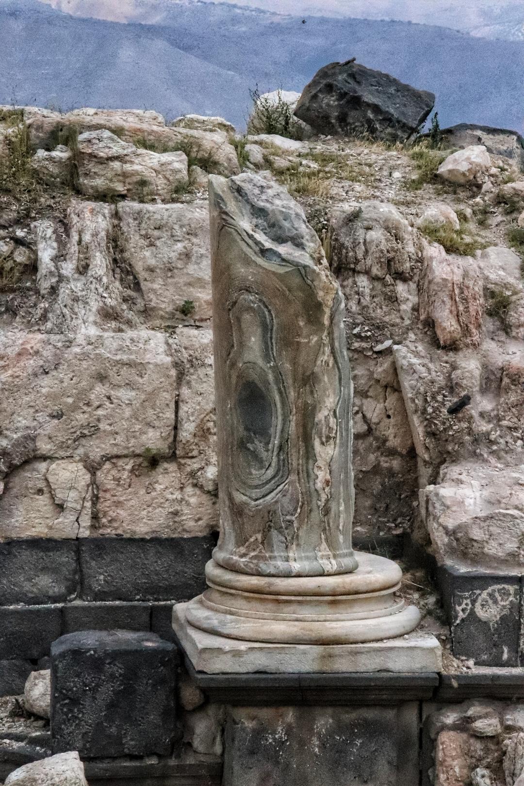 Jordanie - Une colonne en marbre sur le site romain de Umm Qais