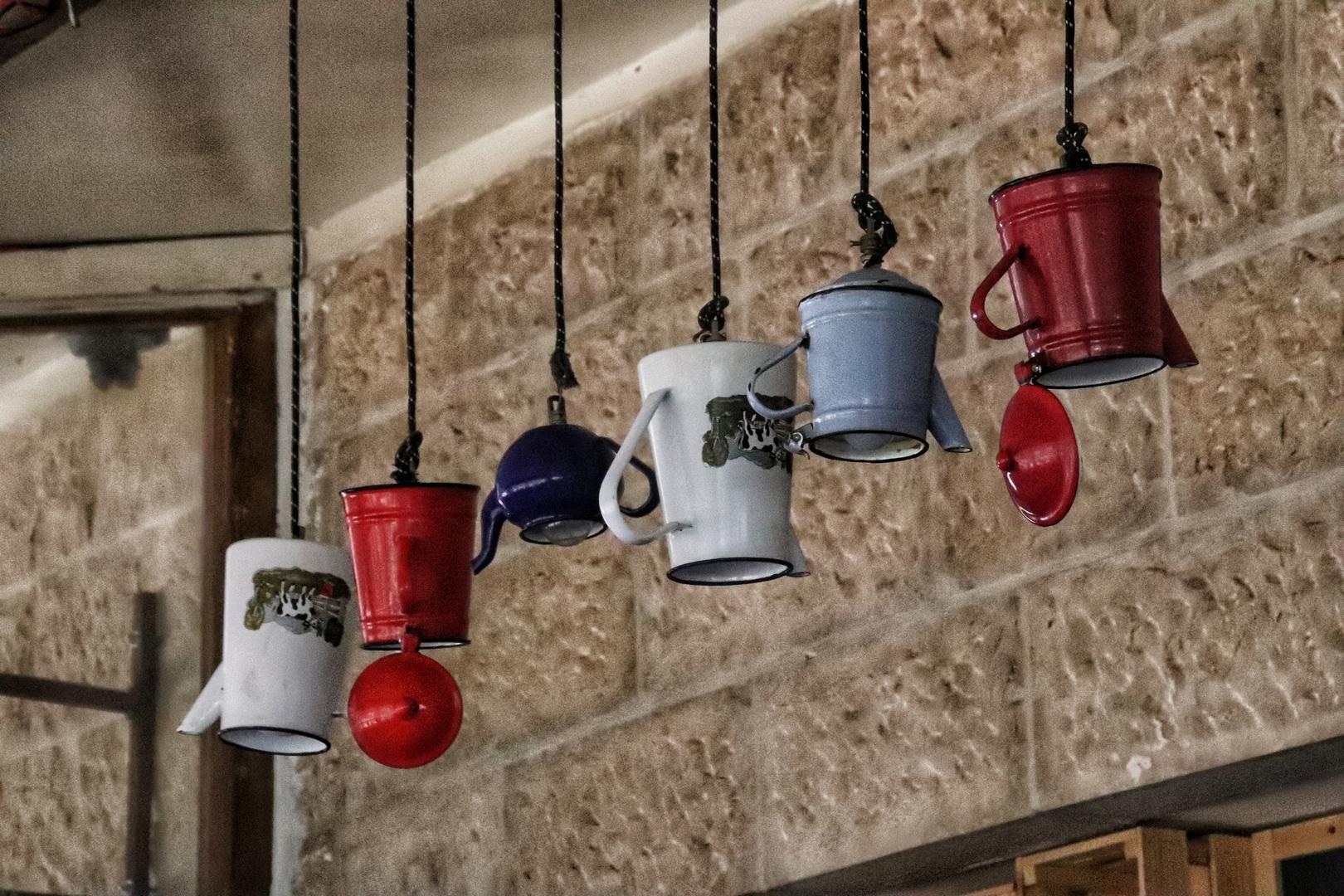 Jordanie - Décoration théières dans un café au pied du château d'Ajlun