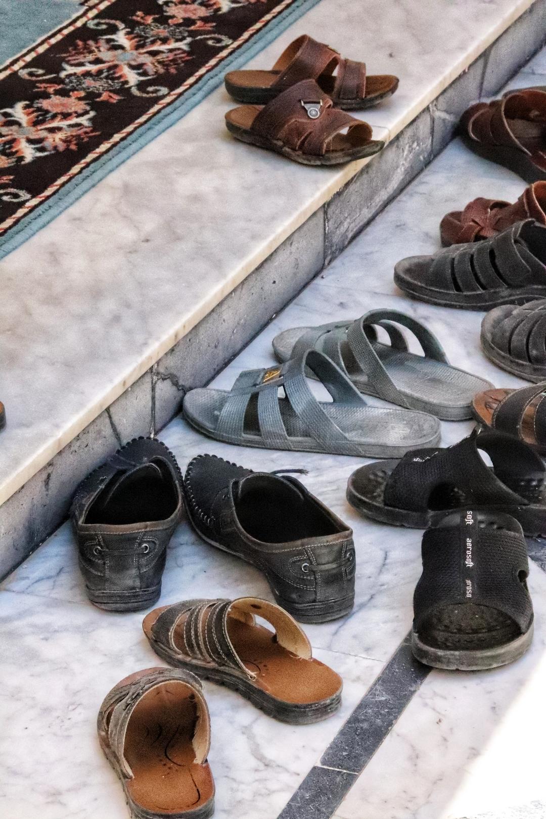 Jordanie - Les fidèles se déchaussent avant d'entrer dans la mosquée sur les hauteurs de Salt