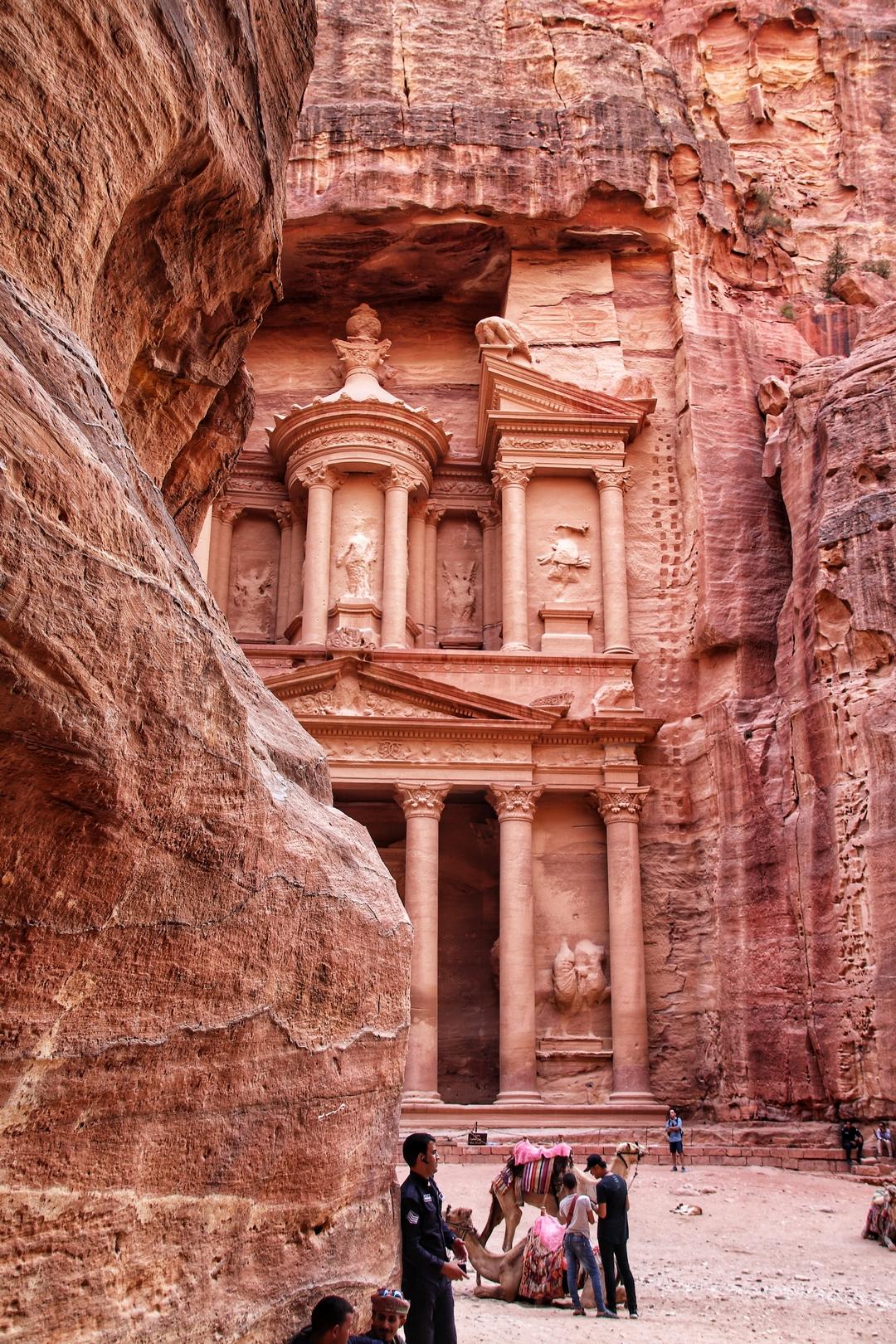 Jordanie - Le khazneh / trésor se dévoile depuis le Siq à Petra