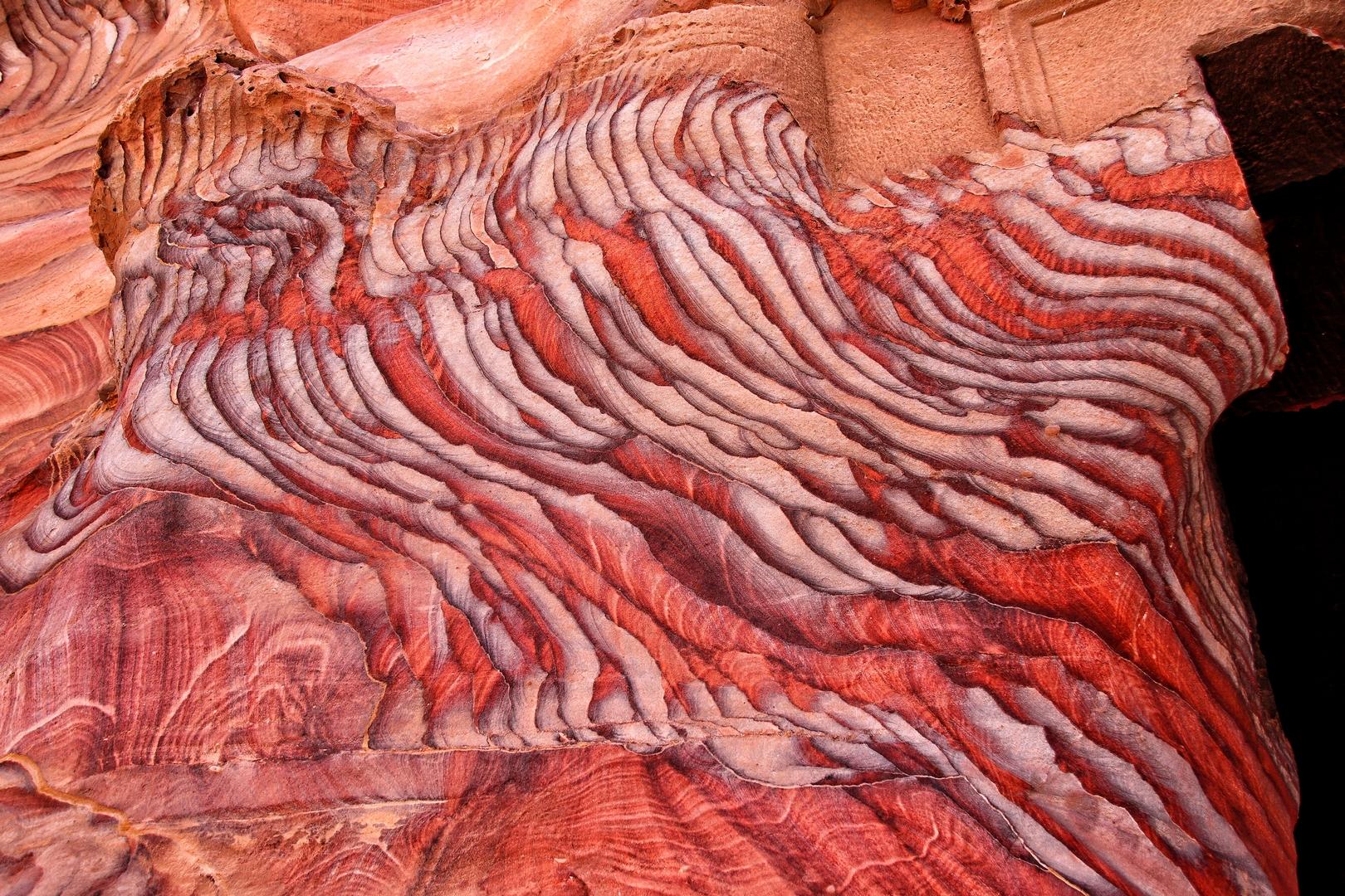 Jordanie - Roche zébrée et colorée sur le site de Petra