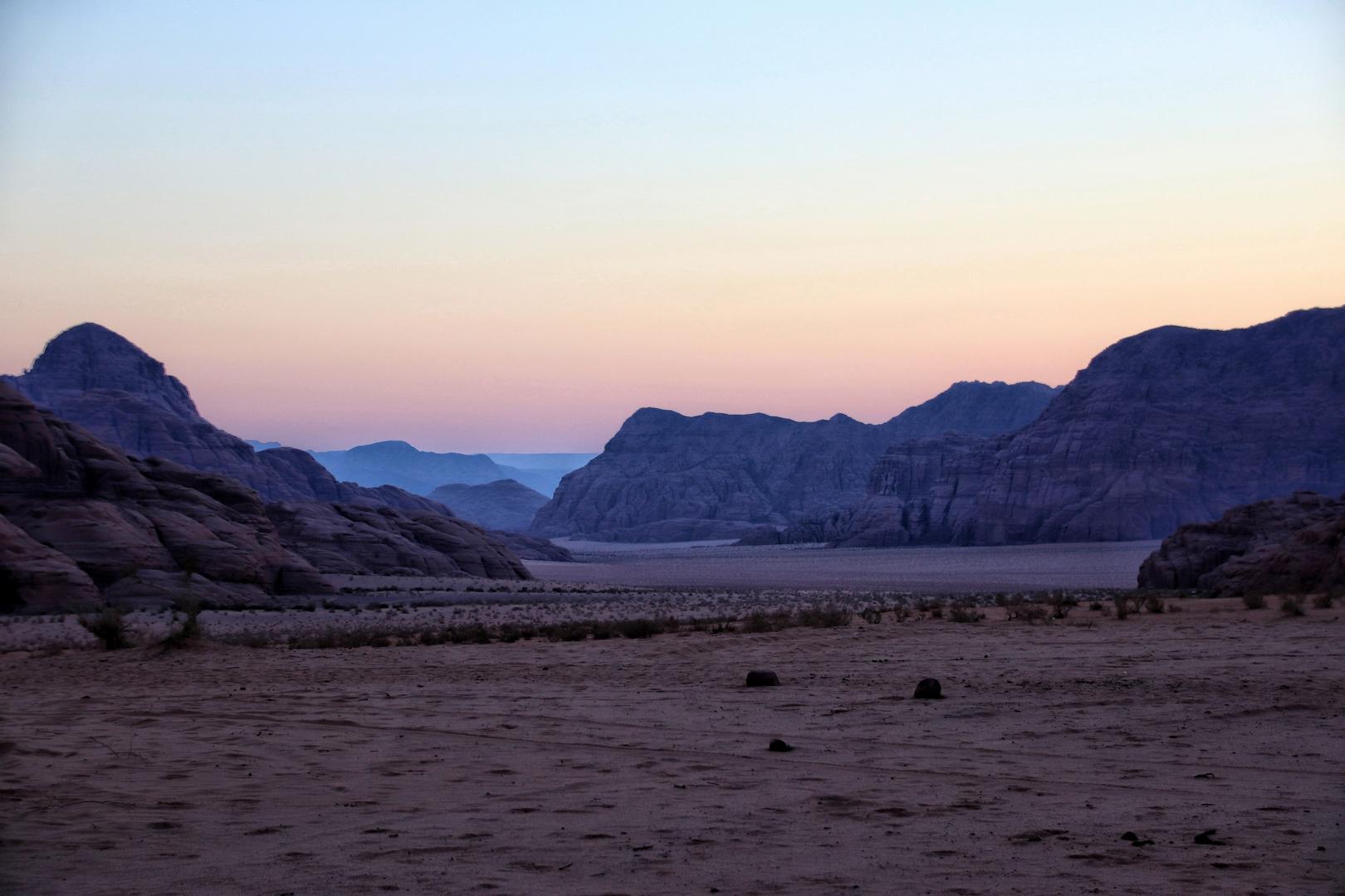 Jordanie - Lever de soleil dans le désert de Wadi Rum