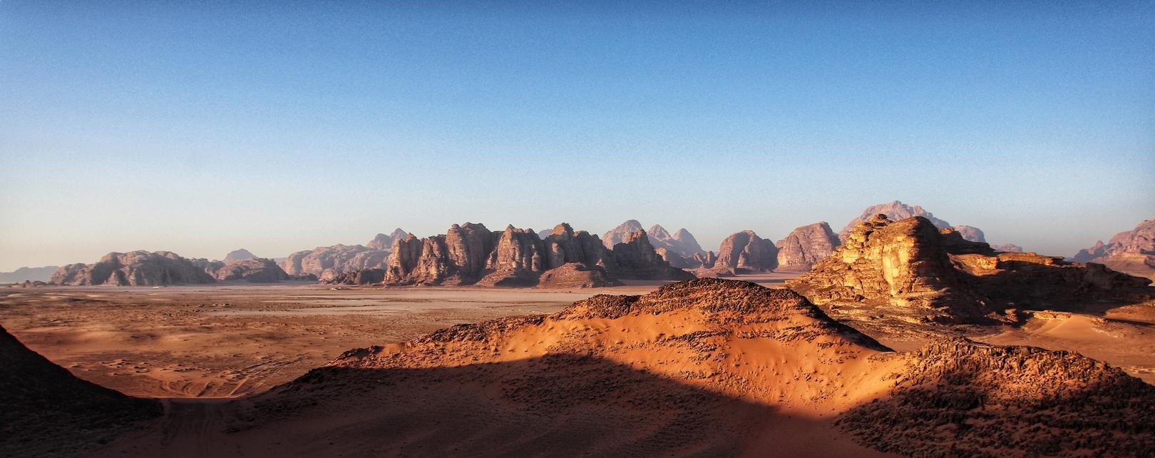 Jordanie - Lever de soleil dans le désert de Wadi Rum vu du ciel