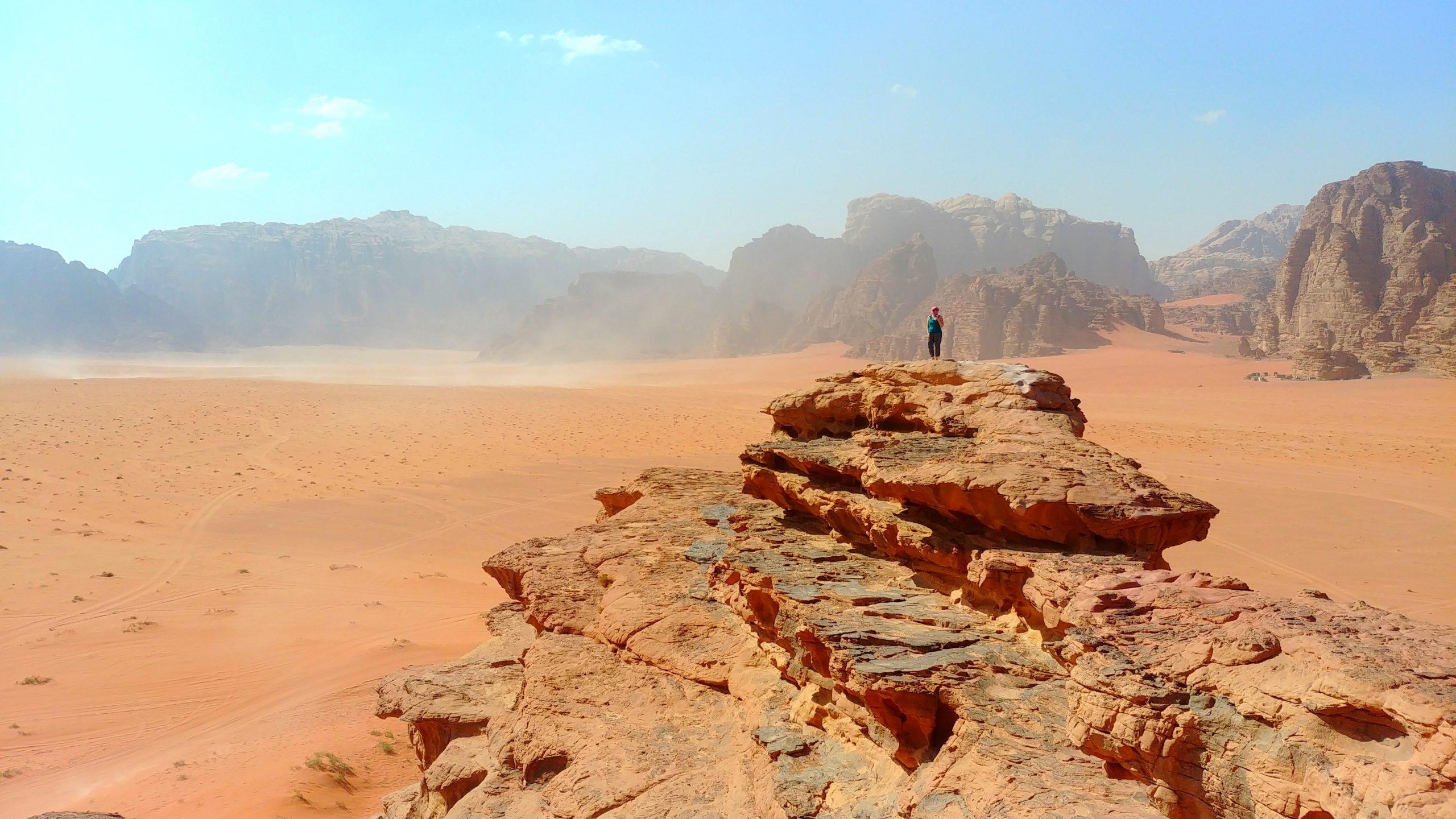 Jordanie - Seule au monde face au désert de roche de Wadi Rum