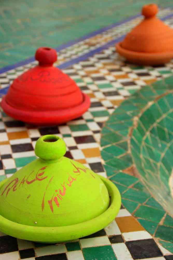 Maroc - Tajines colorés pour une exposition d'art contemporain au musée de Marrakech dans le palais Mnebhi