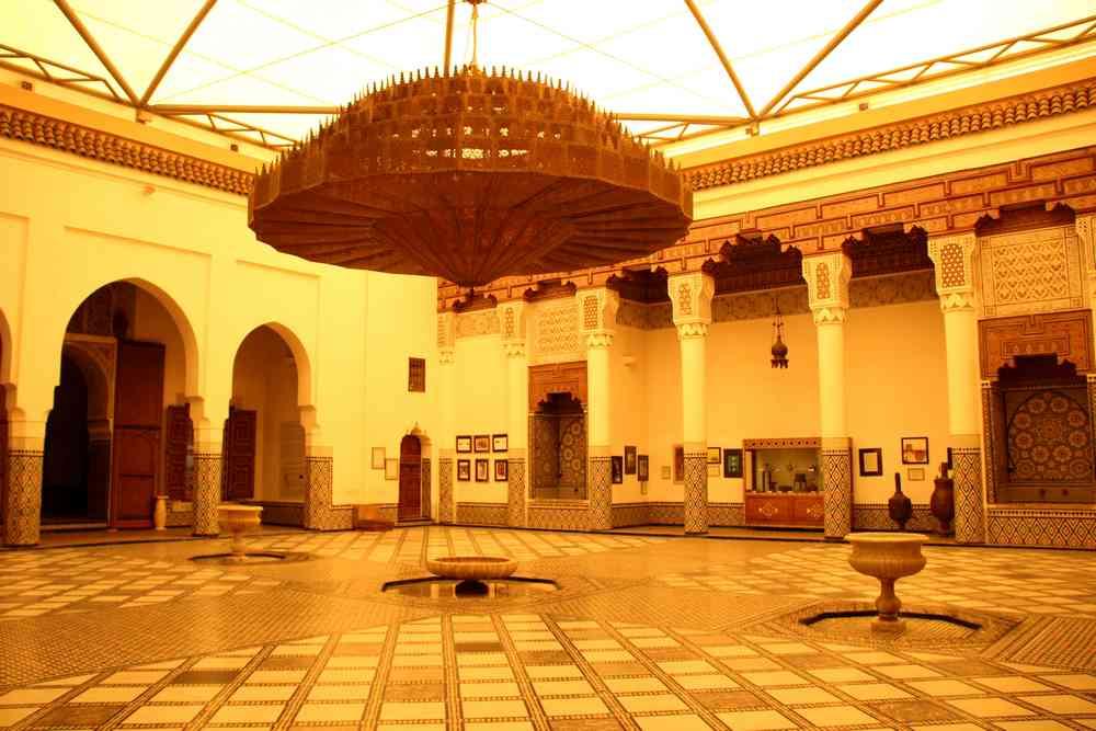 Maroc - Patio central avec un énorme lustre en fer du musée de Marrakech dans le palais Mnebhi