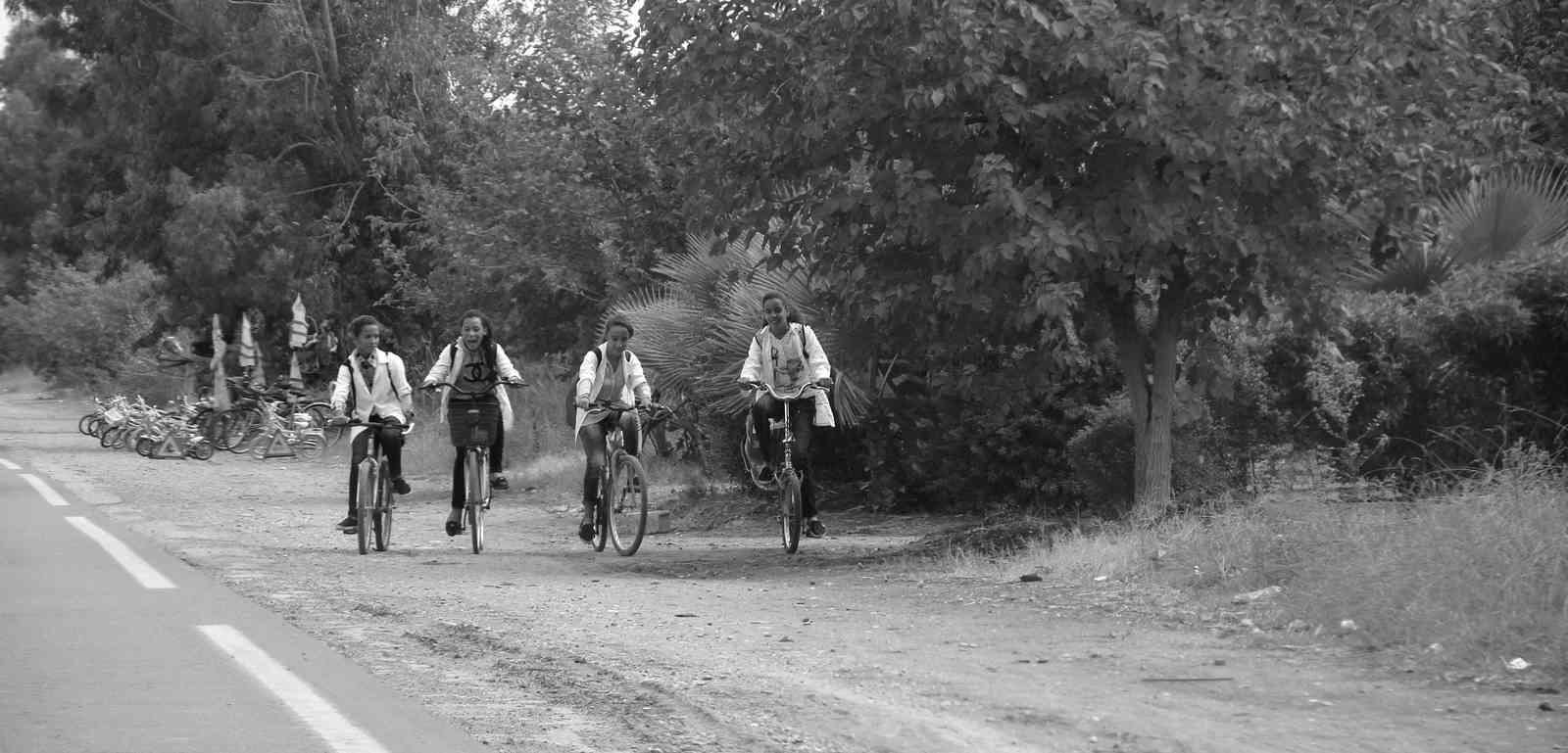 Maroc - Fillettes amies qui se rendent à l'école en vélo