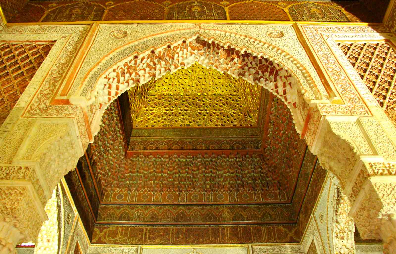 Maroc - Plafond en stuc dans les tombeaux saadiens à Marrakech