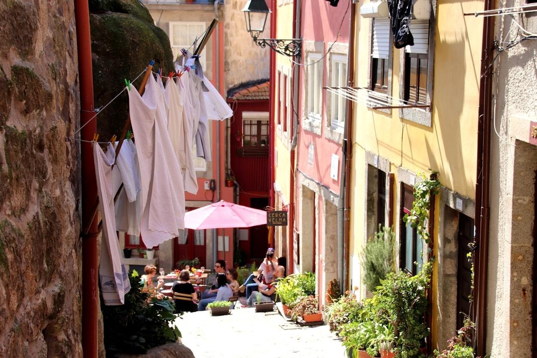 Portugal - Linge qui sèche dans une ruelle colorée de Porto