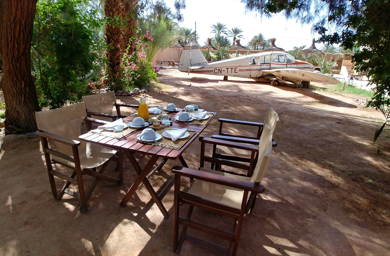 Maroc - Petit déjeuner dans le jardin de l'Azalai Desert Lodge à Zagora