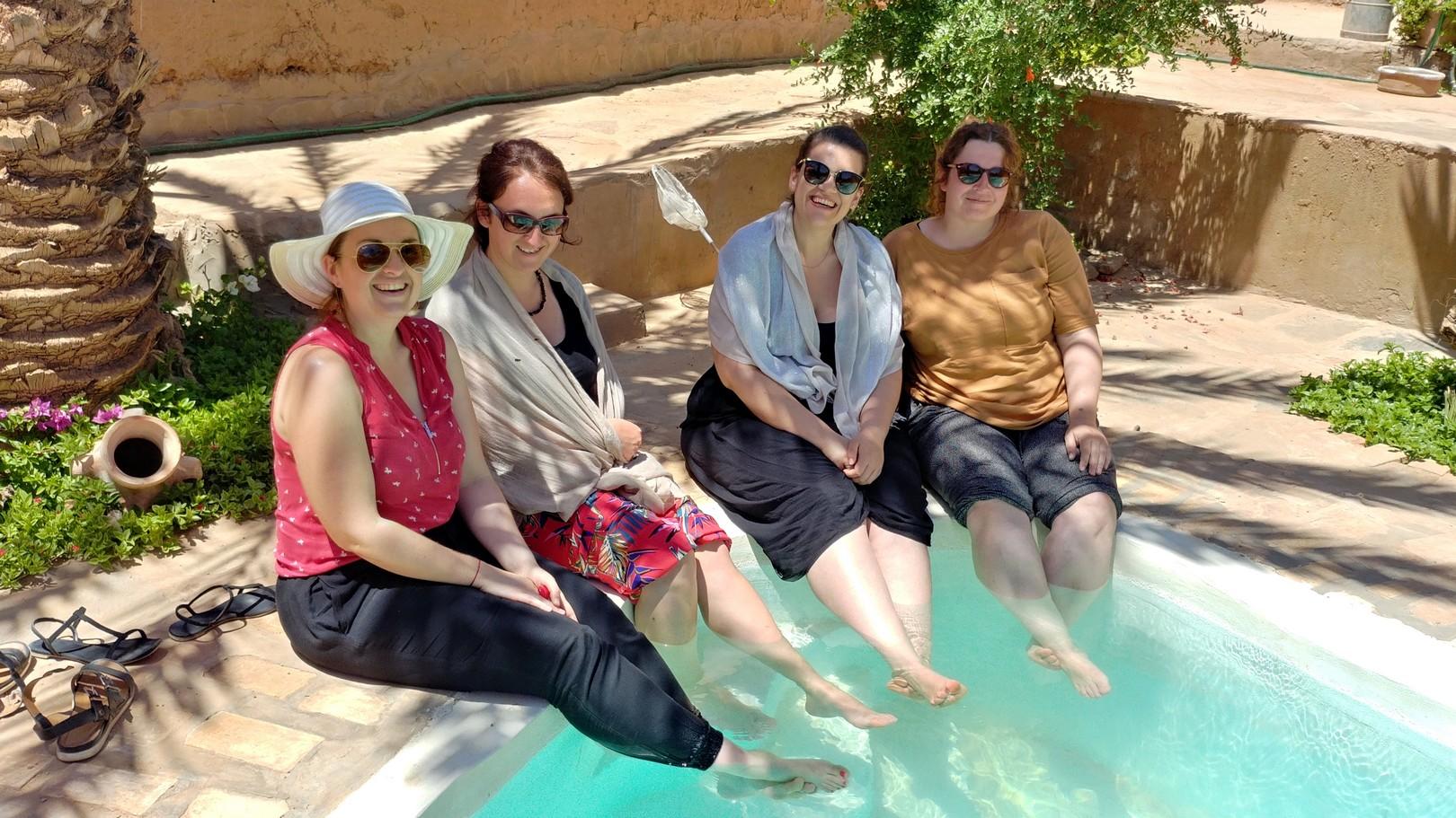 Maroc - Au bord de la piscine dans la palmeraie d'Erfoud