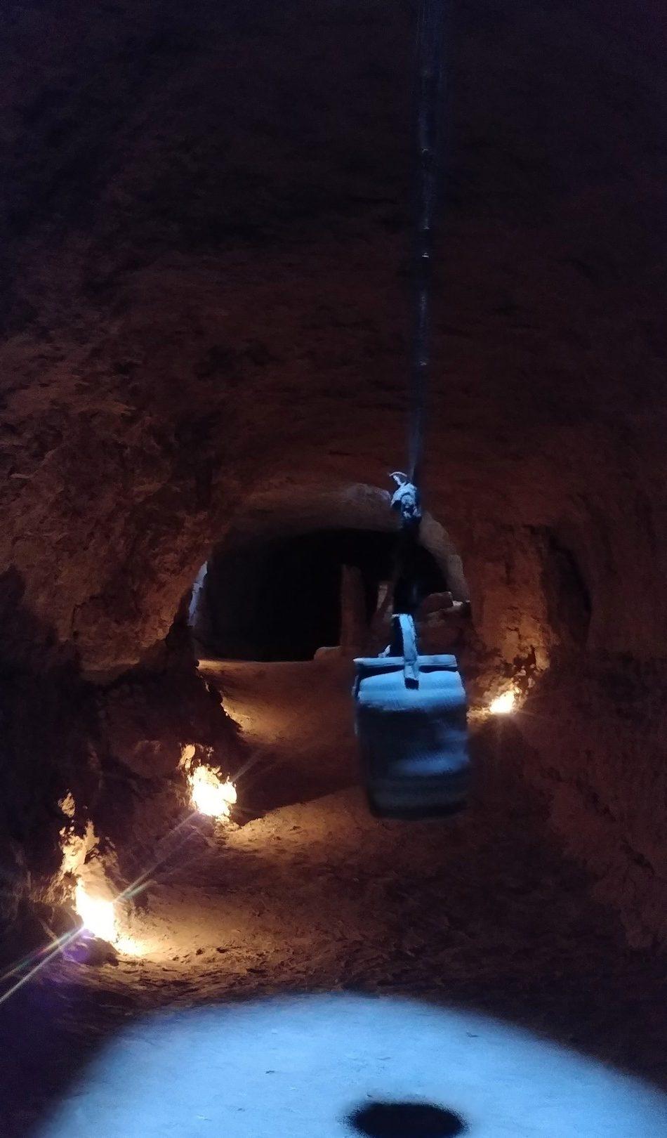 Maroc - Dans les tunnels d'une khetarra (canaux d'irrigation souterrains)