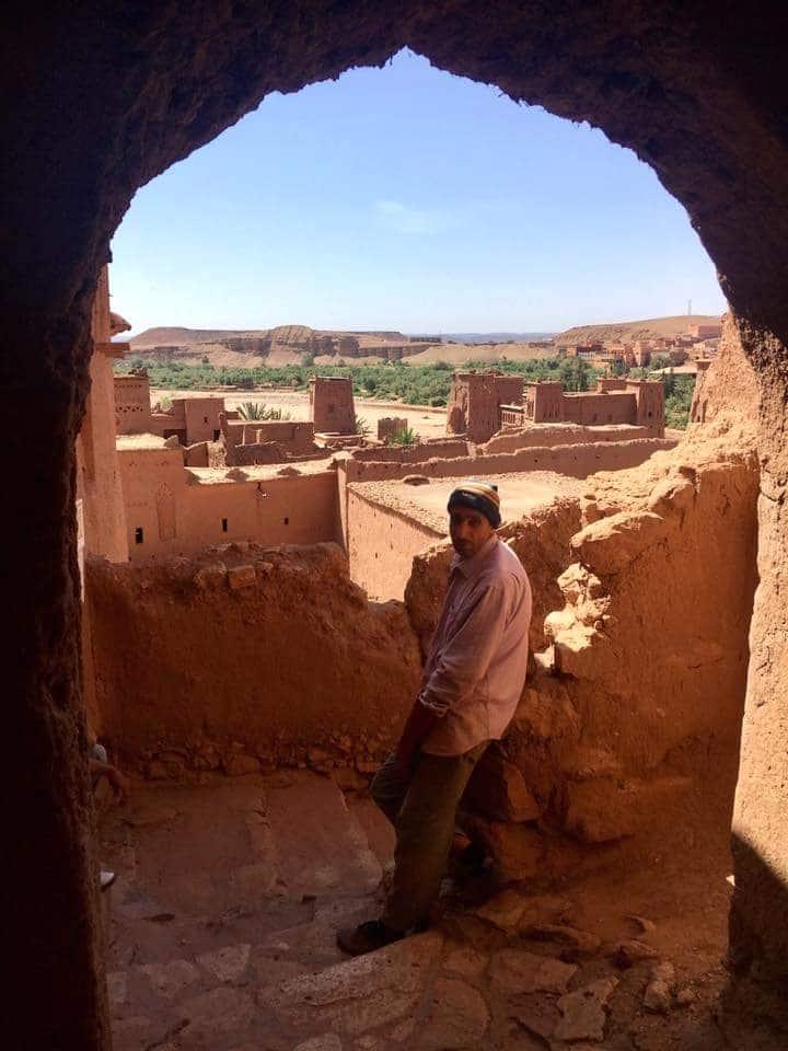 Maroc - Homme dans les rues du ksar d'Ait Ben Haddou, classé au patrimoine mondial de l'UNESCO