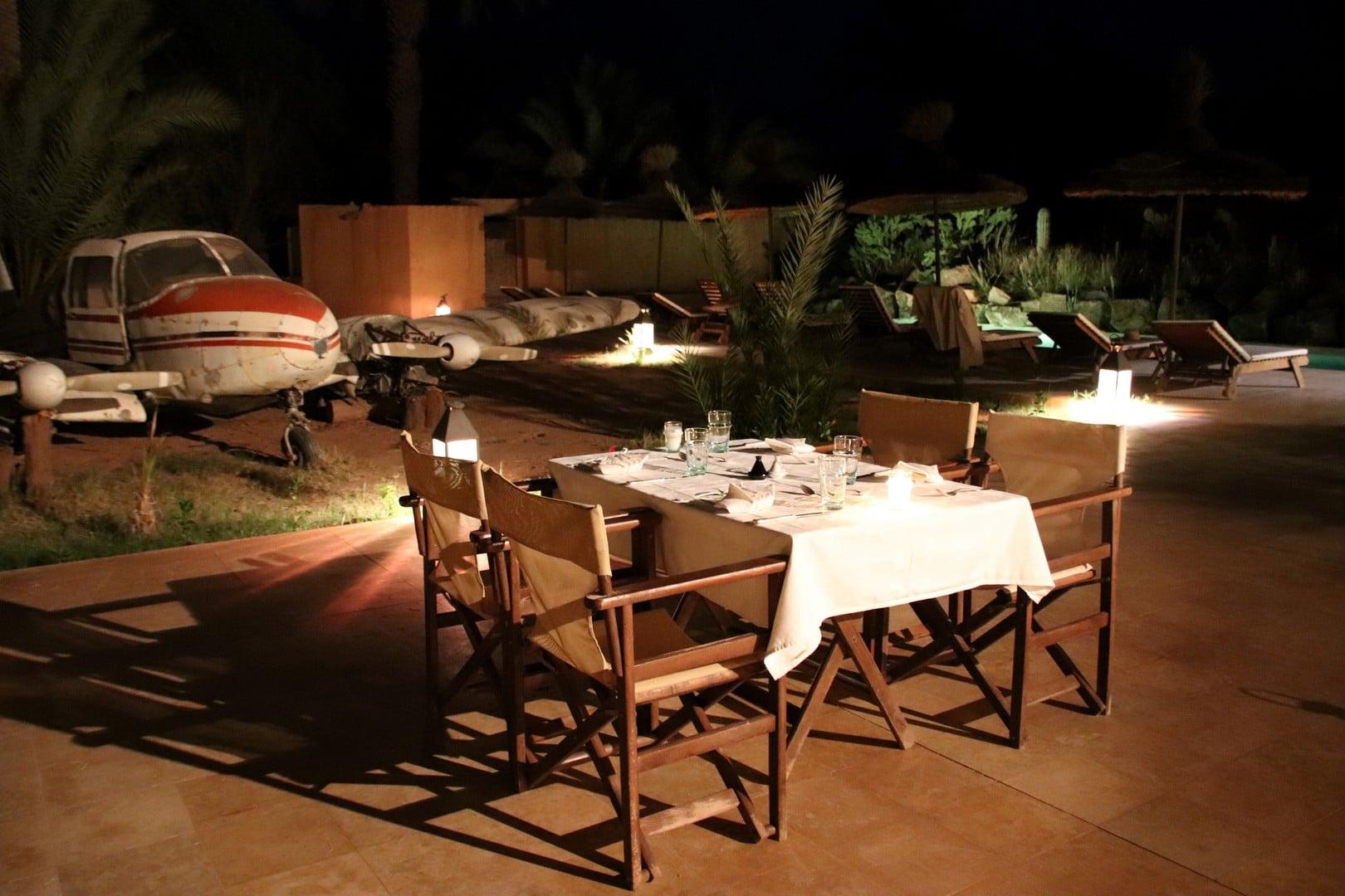 Maroc - Dîner sur la terrasse de l'Azalai Desert Lodge à Zagora