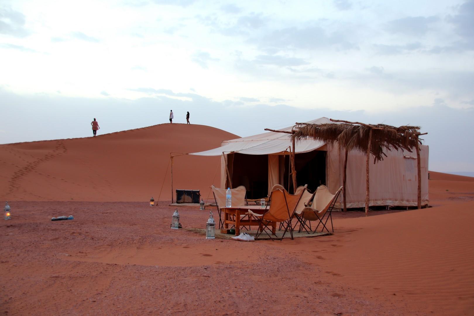 Maroc - Fin de journée au campement Azalai Desert Camp dans les dunes de Chegaga