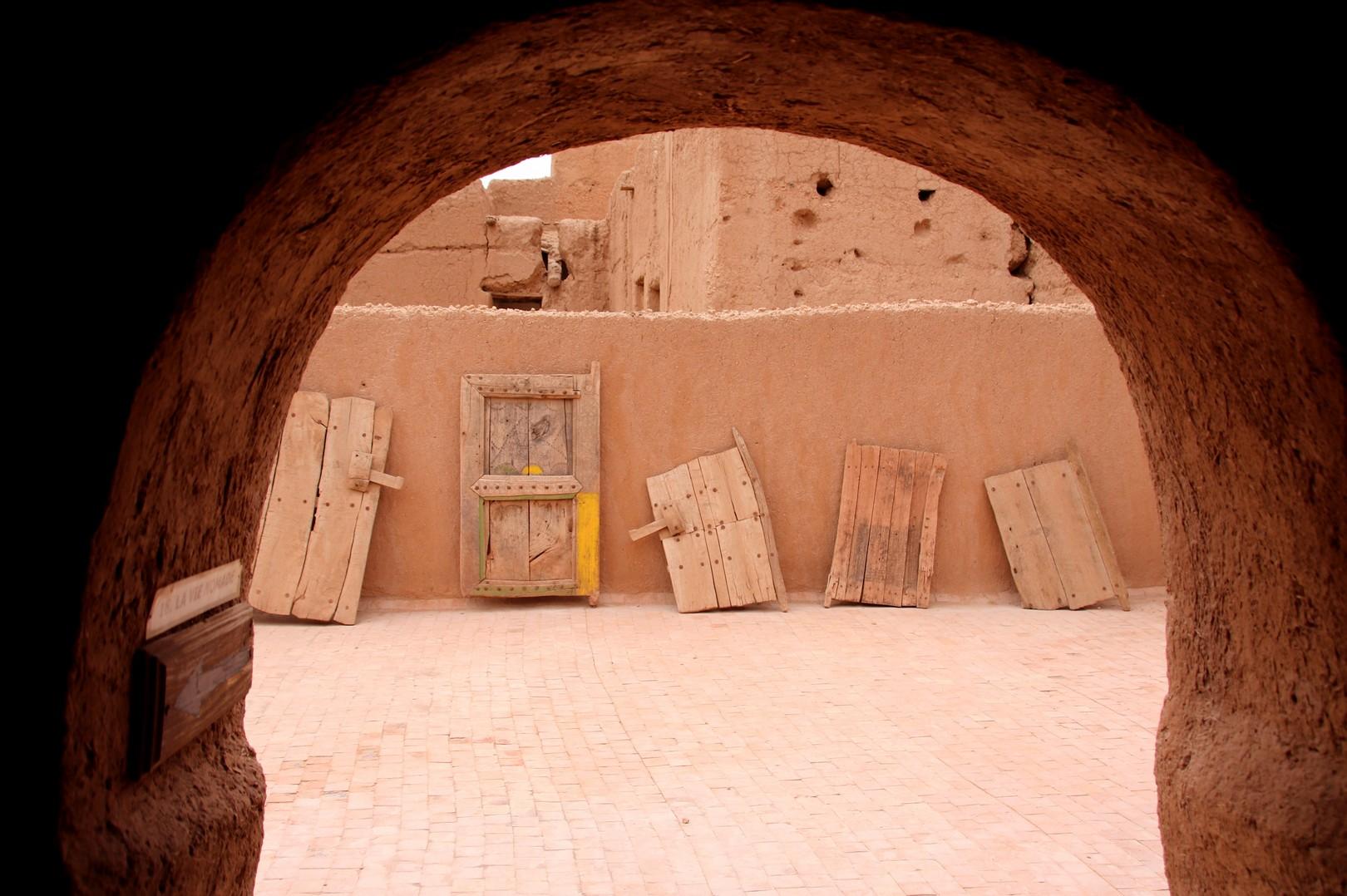 Maroc - Collection de portes au musée berbère dans le ksar de Tinejdad