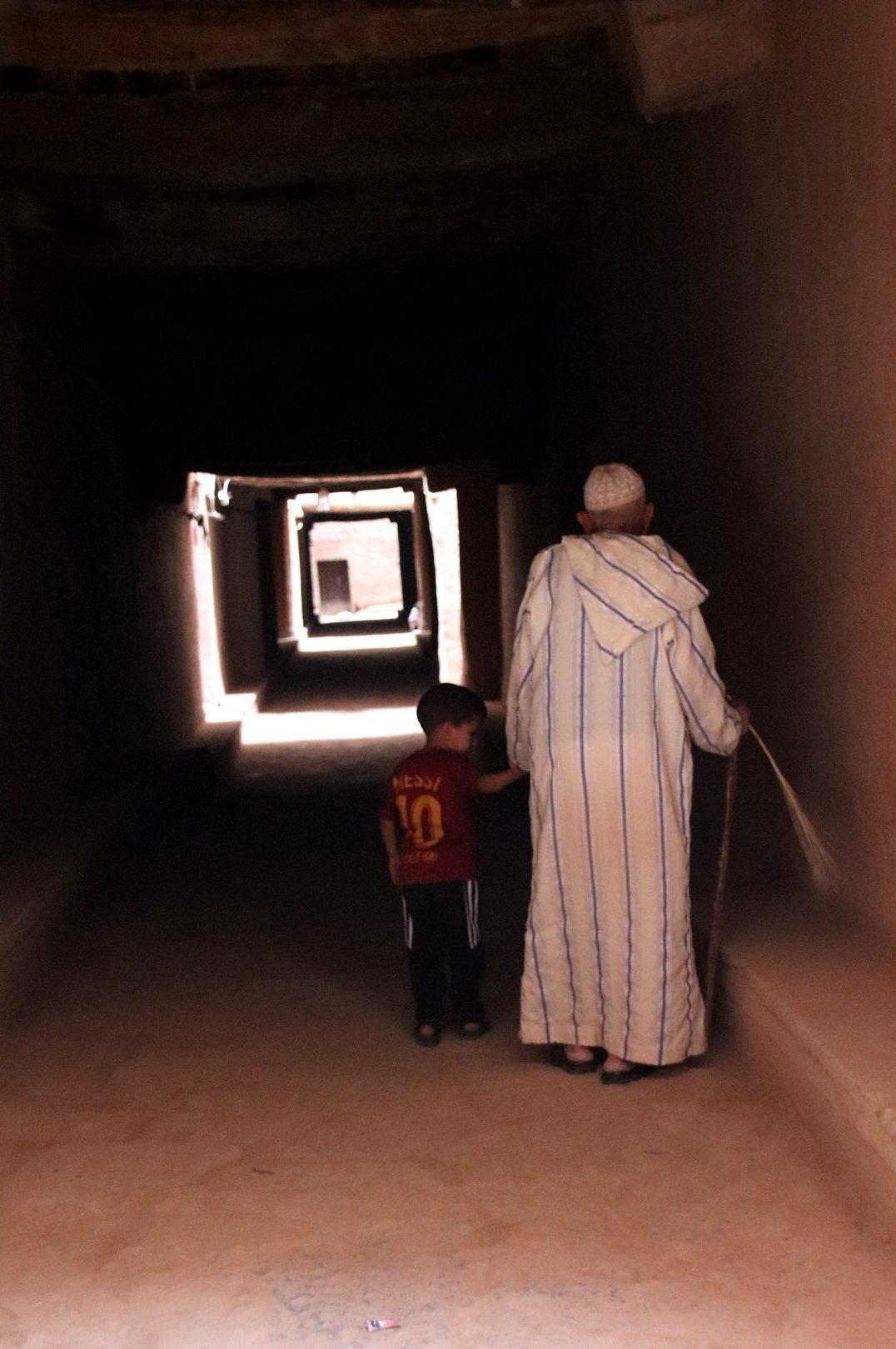 Maroc - Un papy et un enfant dans le ksar de Tinejdad