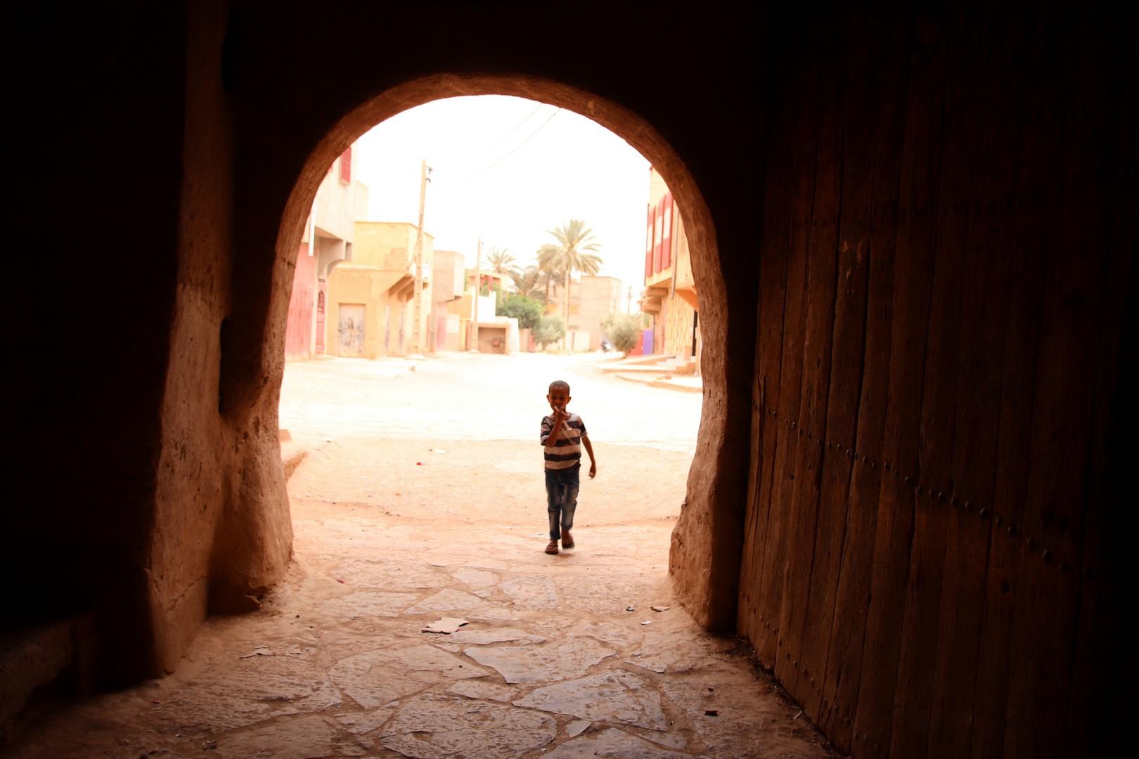 Maroc - Enfant dans les rues du ksar de Tinejdad