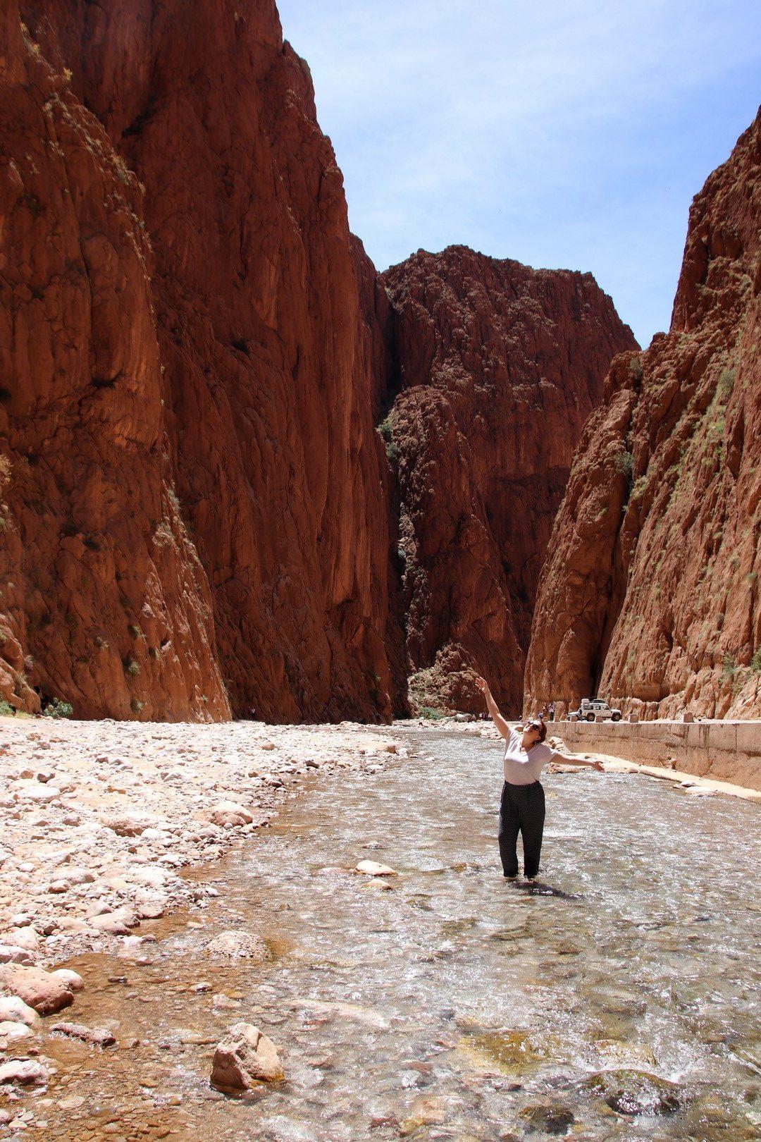 Maroc - Les pieds dans l'oued dans les gorges du Todra