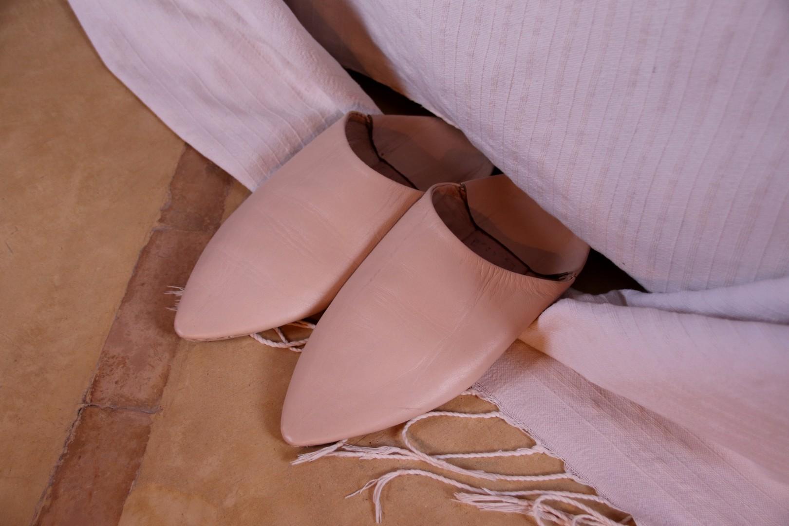 Maroc - Babouches au pied du lit Dar Ahlam à Skoura