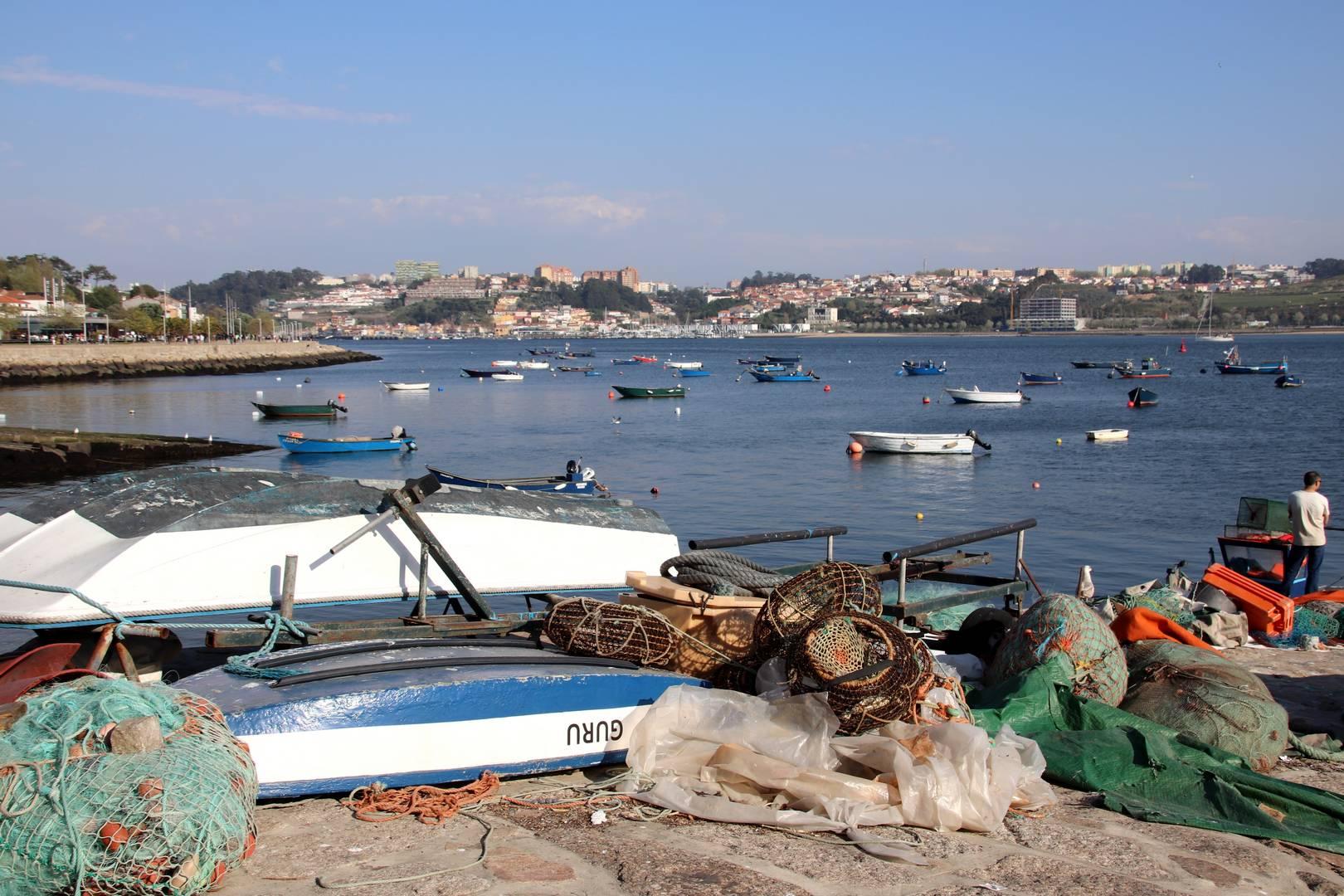 Portugal - Bateaux de pêche sur les rives du Douro à Porto