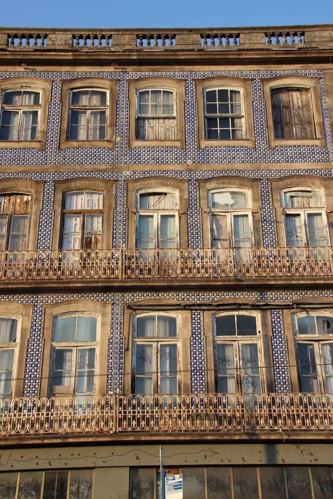 Portugal - Maisons recouvertes d'azulejos dans le coeur historique de Porto