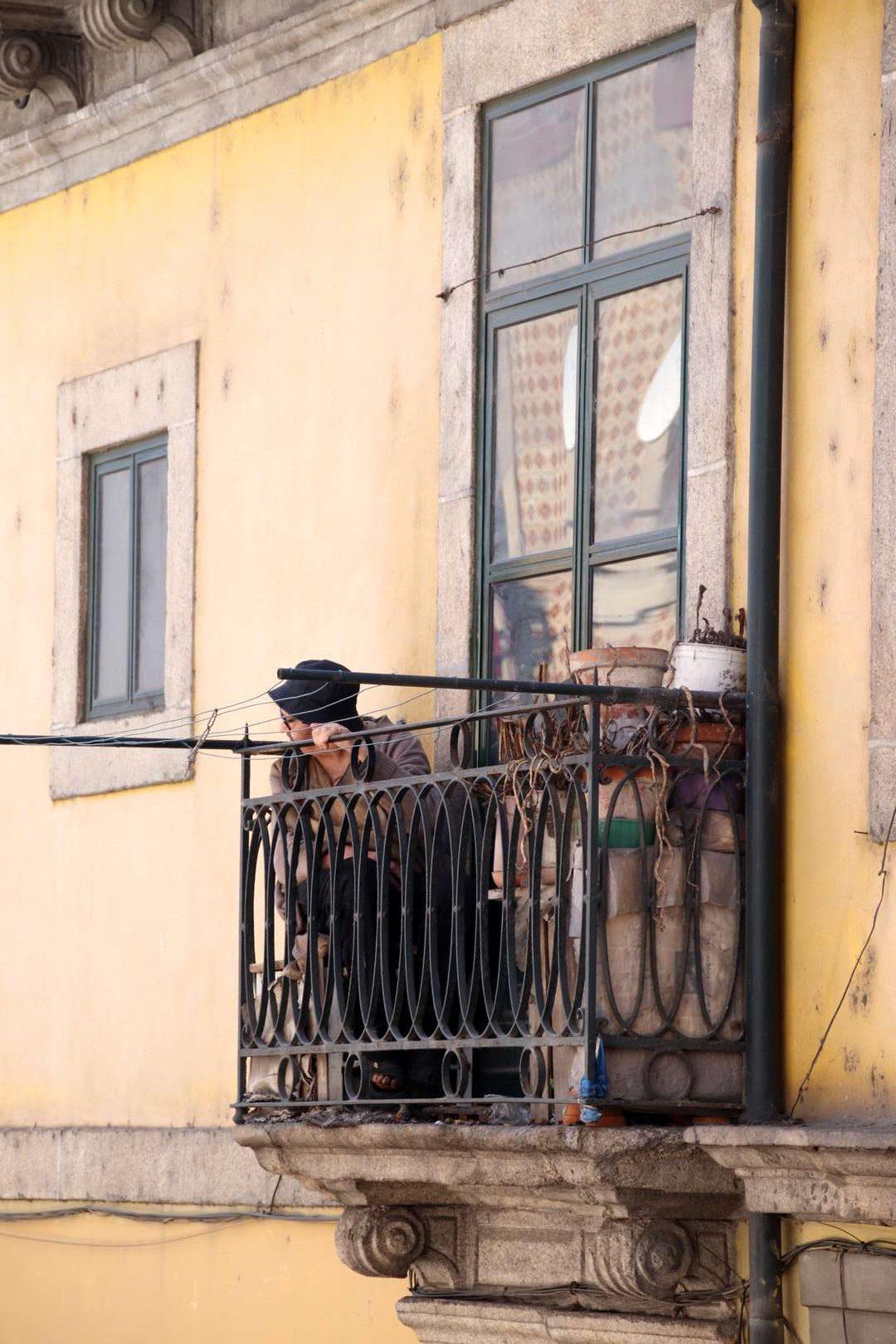 Portugal - Mamie curieuse dans le quartier Miragaia à Porto