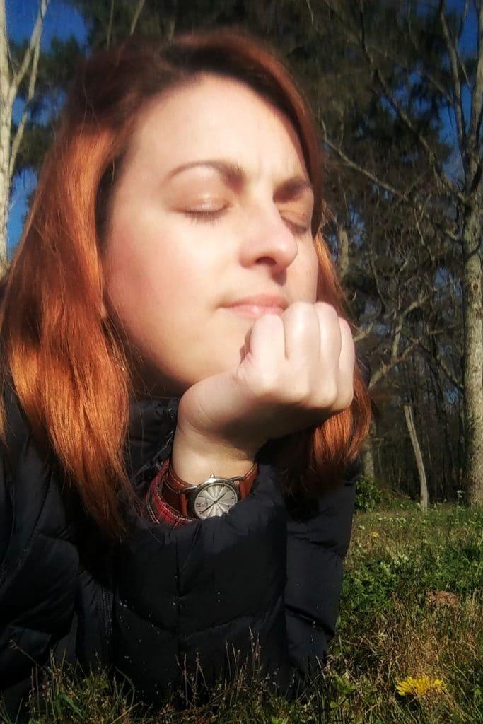 Moi dans l'herbe qui profite des premiers rayons du soleil printaniers