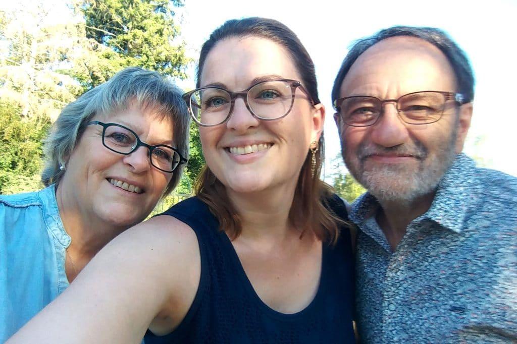 Moi avec mes parents pour mon anniversaire