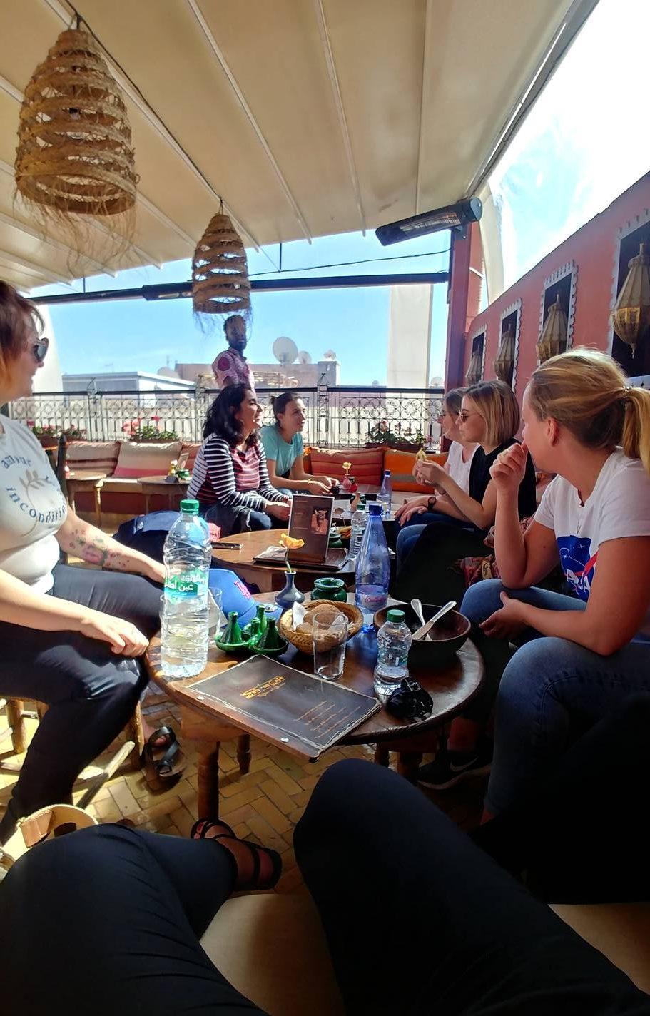 Maroc - Les filles prennent une pause dans un café du quartier de la kasbah à Marrakech
