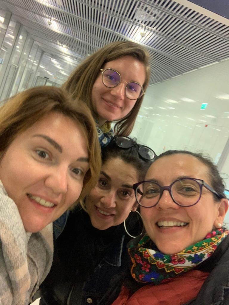 Maroc - Les filles arrivent à l'aéroport de Marrakech