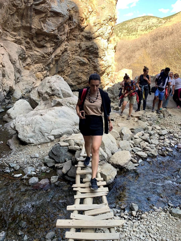 Maroc - Traversée d'un pont pendant une randonnée dans la vallée d'Imlil