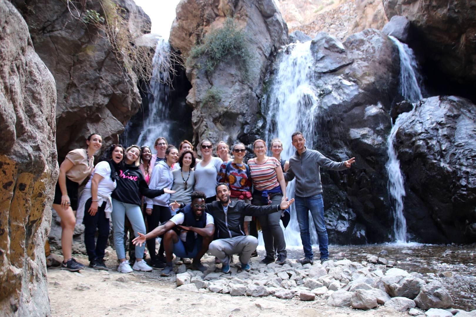 Maroc - Photo de groupe devant une cascade dans la vallée d'Imlil