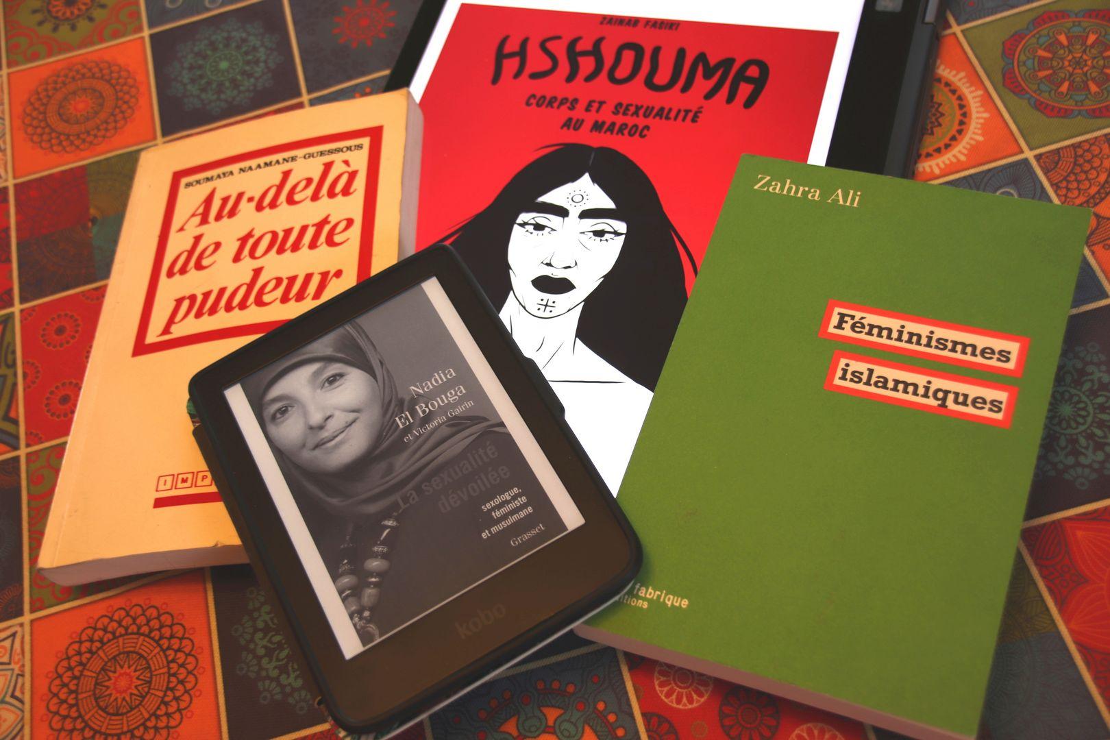 Livres étalés pour recherche documentaire