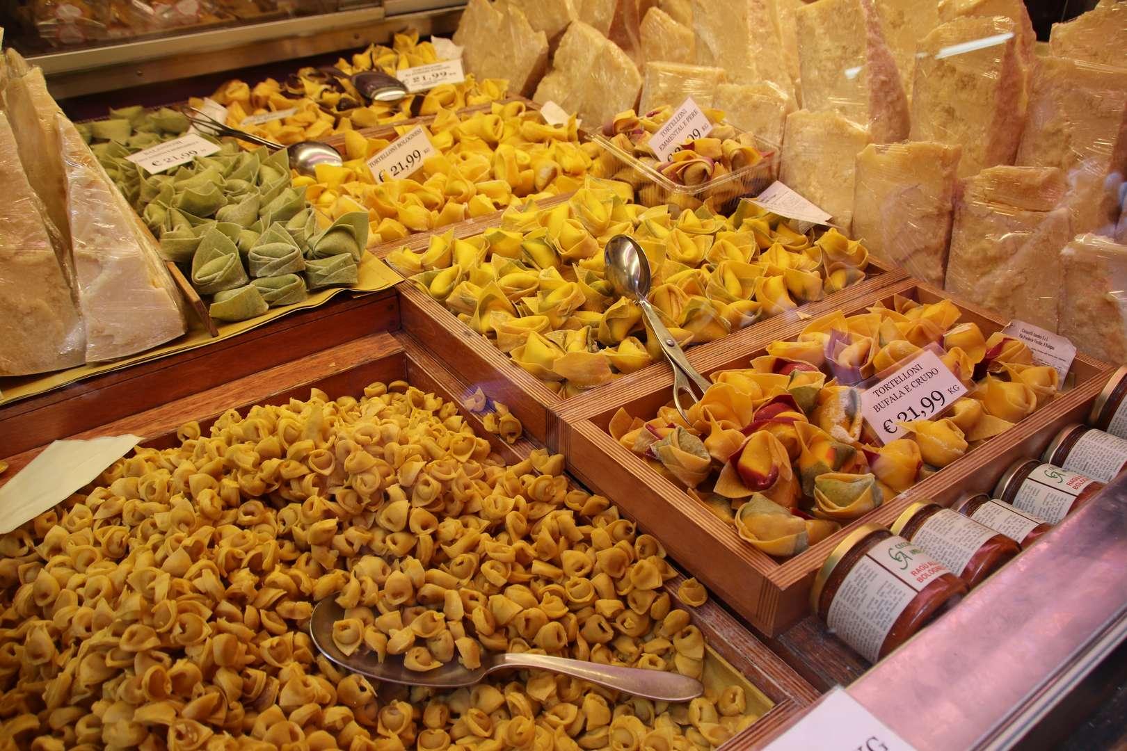 Italie - Ambiance de marché à Bologne, vendeur de pâtes fraîches