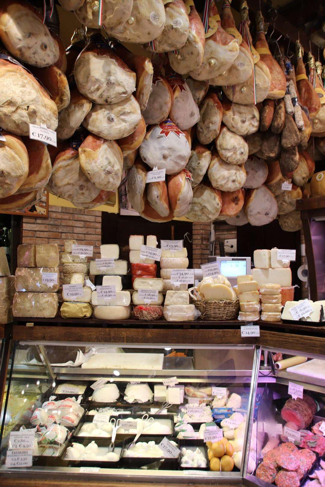 Italie - Ambiance de marché à Bologne, vendeur de fromages et charcuteries