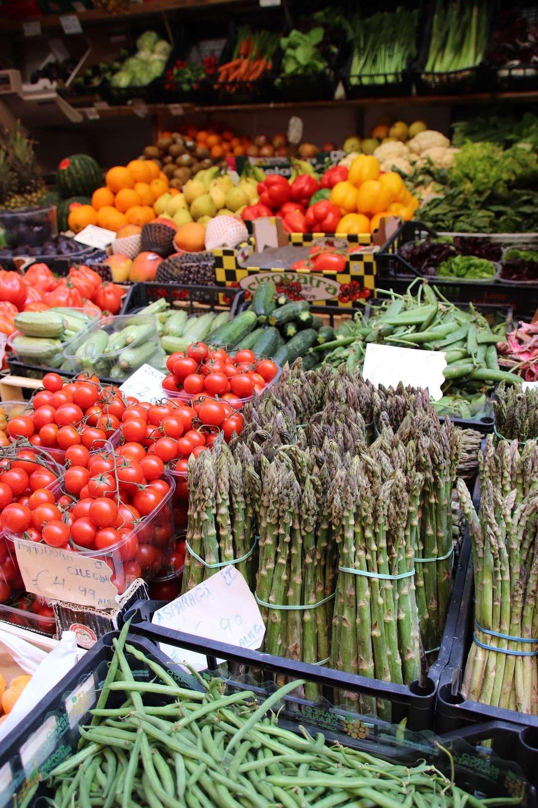 Italie - Ambiance de marché à Bologne, vendeur de légumes