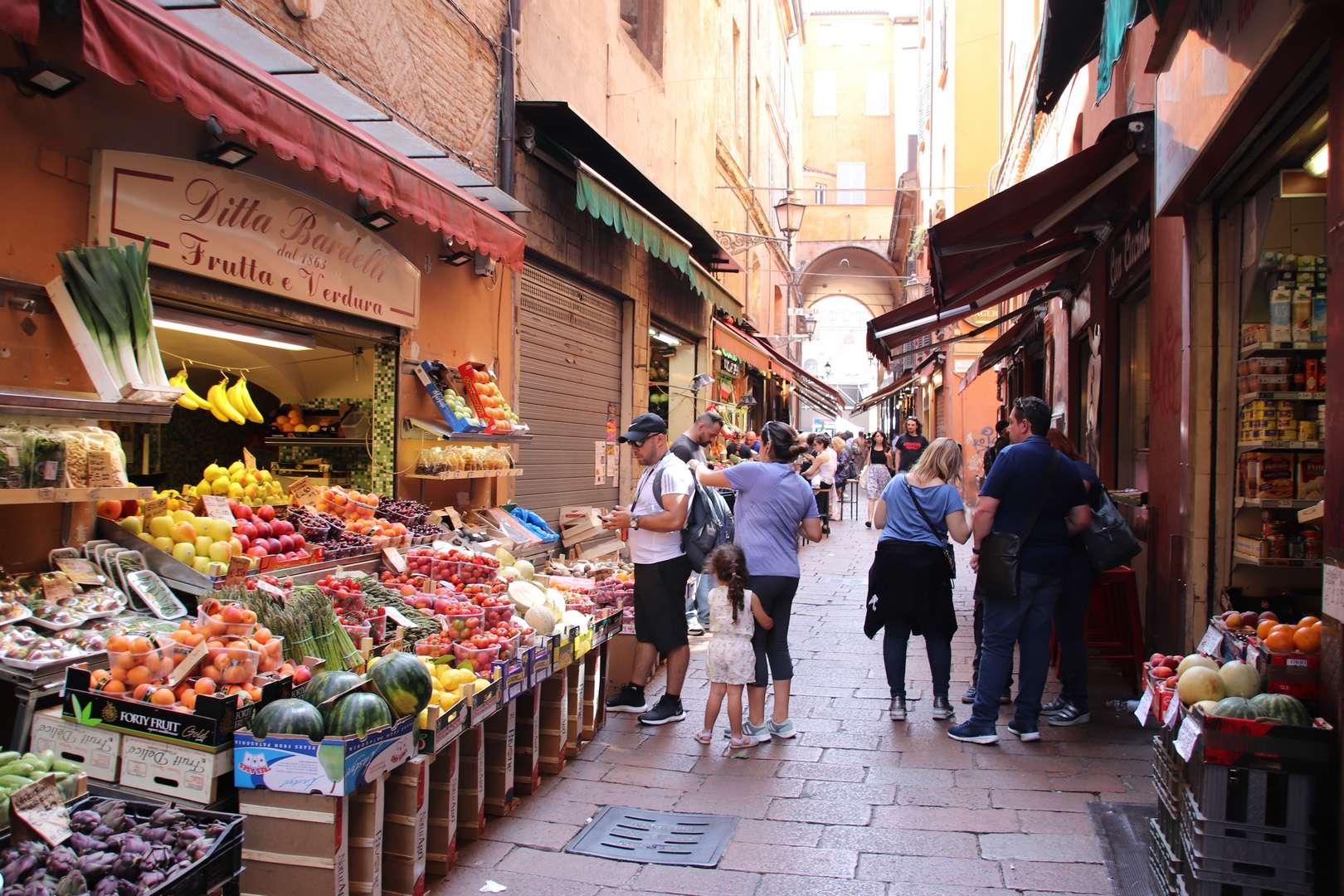 Italie - Ambiance de marché dans les rues de Bologne