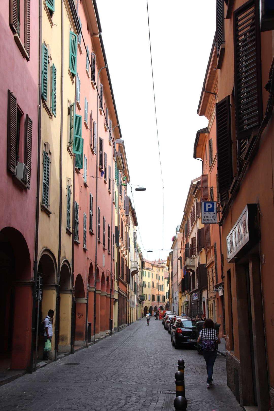 Italie - Ruelle colorée de Bologne