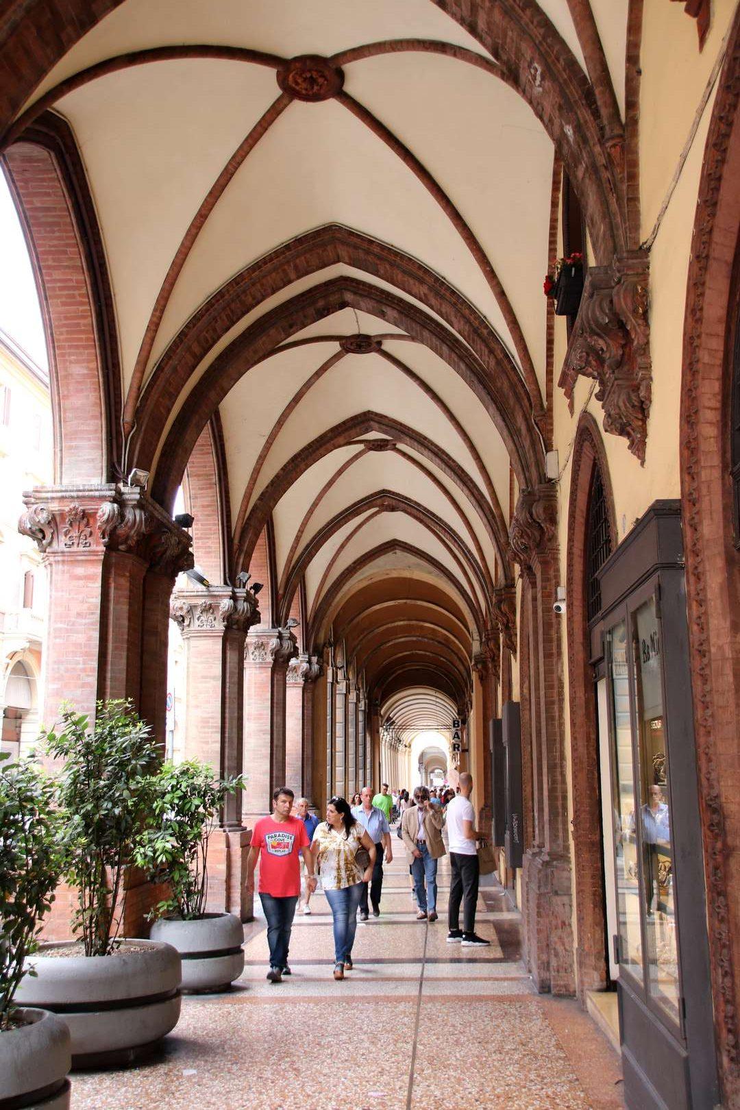 Italie - Ruelle à arcades du quartier étudiant de Bologne
