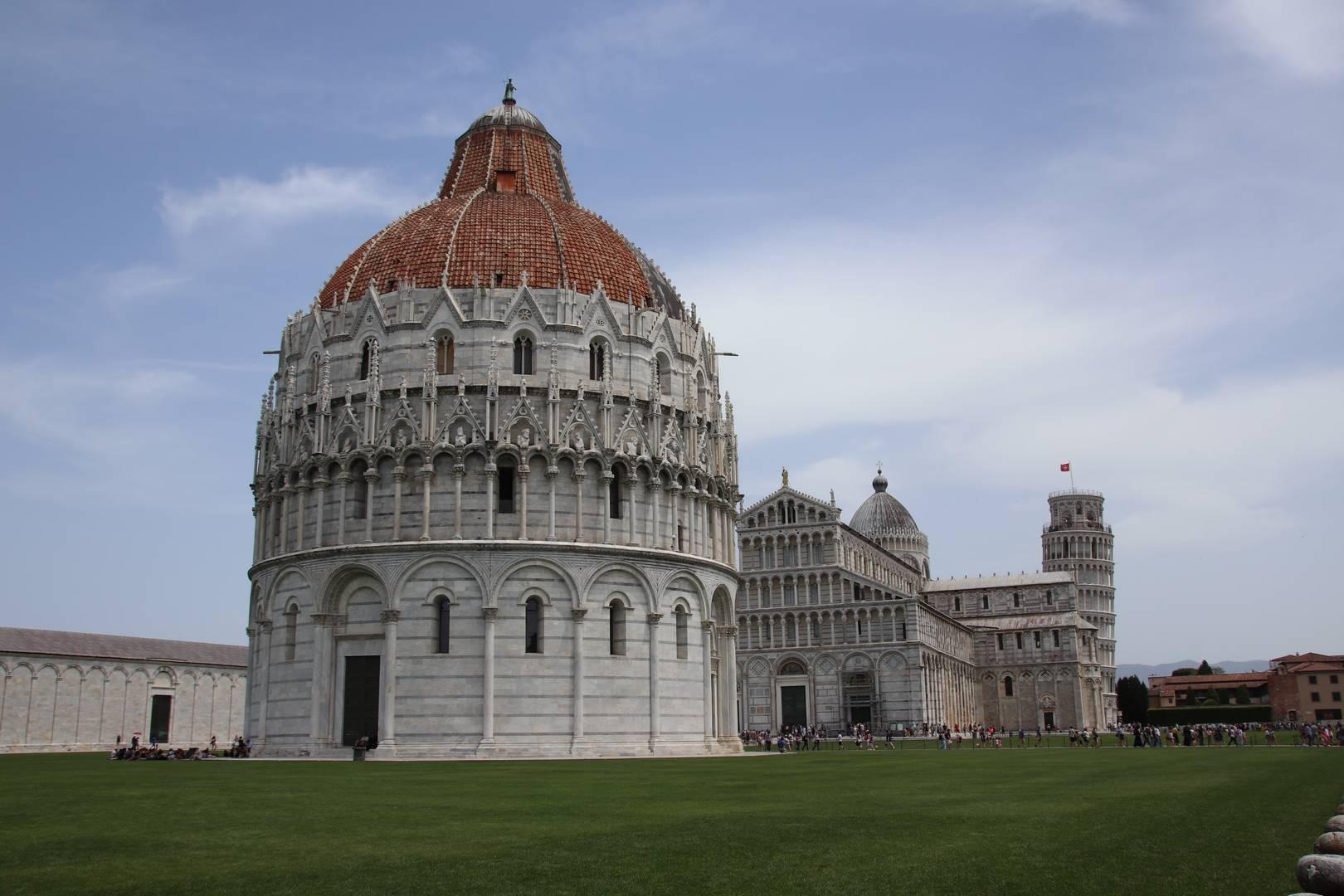 Italie - Baptistère, cathédrale et tour de Pise sur la Piazza dei Miracoli