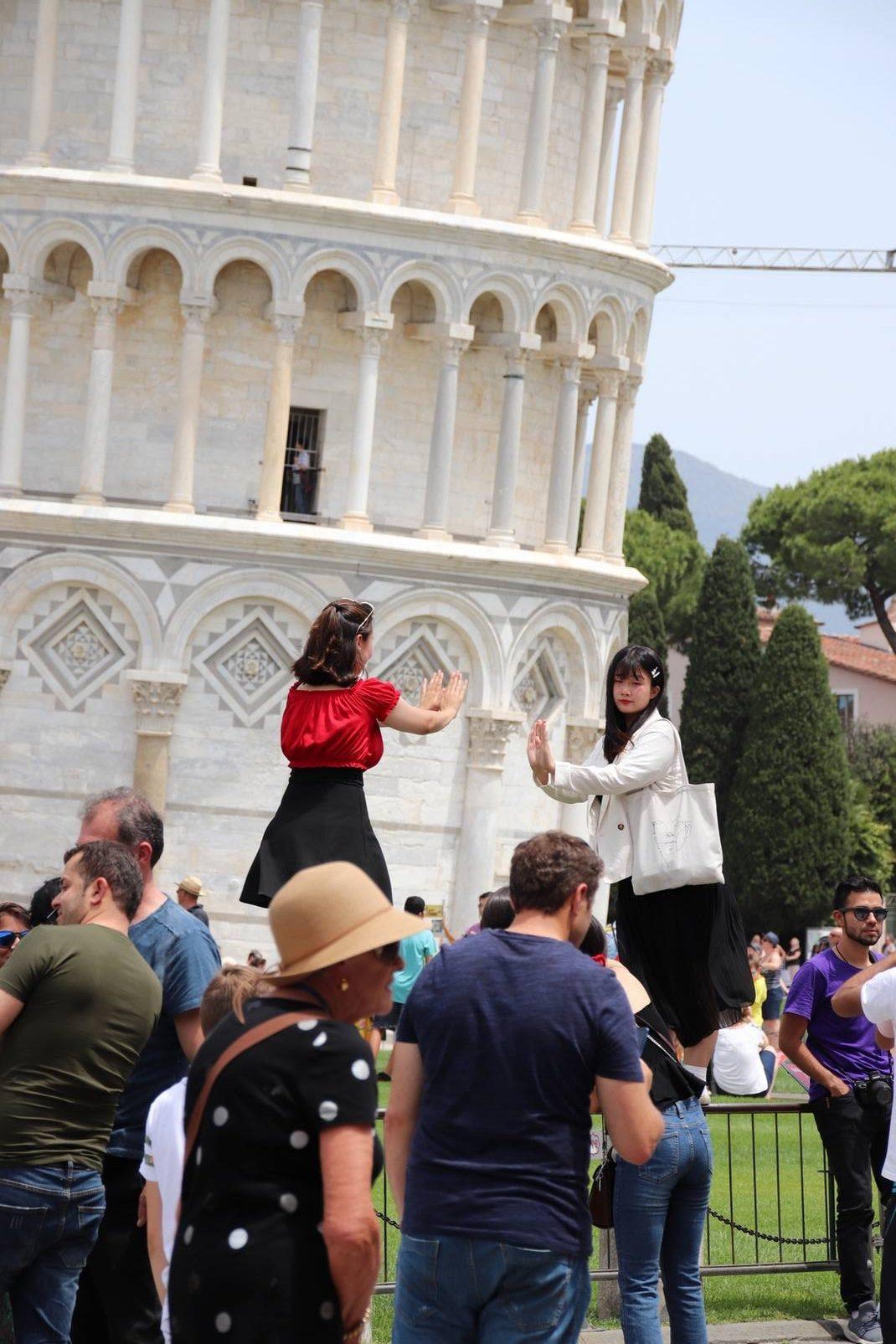 Italie - Touristes se prenant en photo devant la tour de Pise