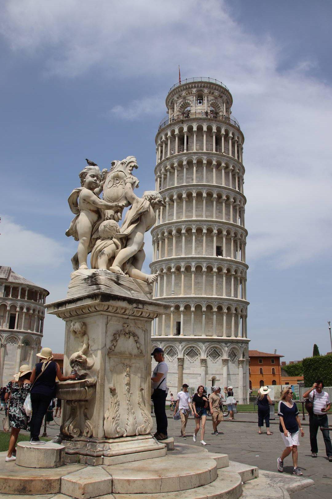 Italie - Fontaine devant la tour de Pise