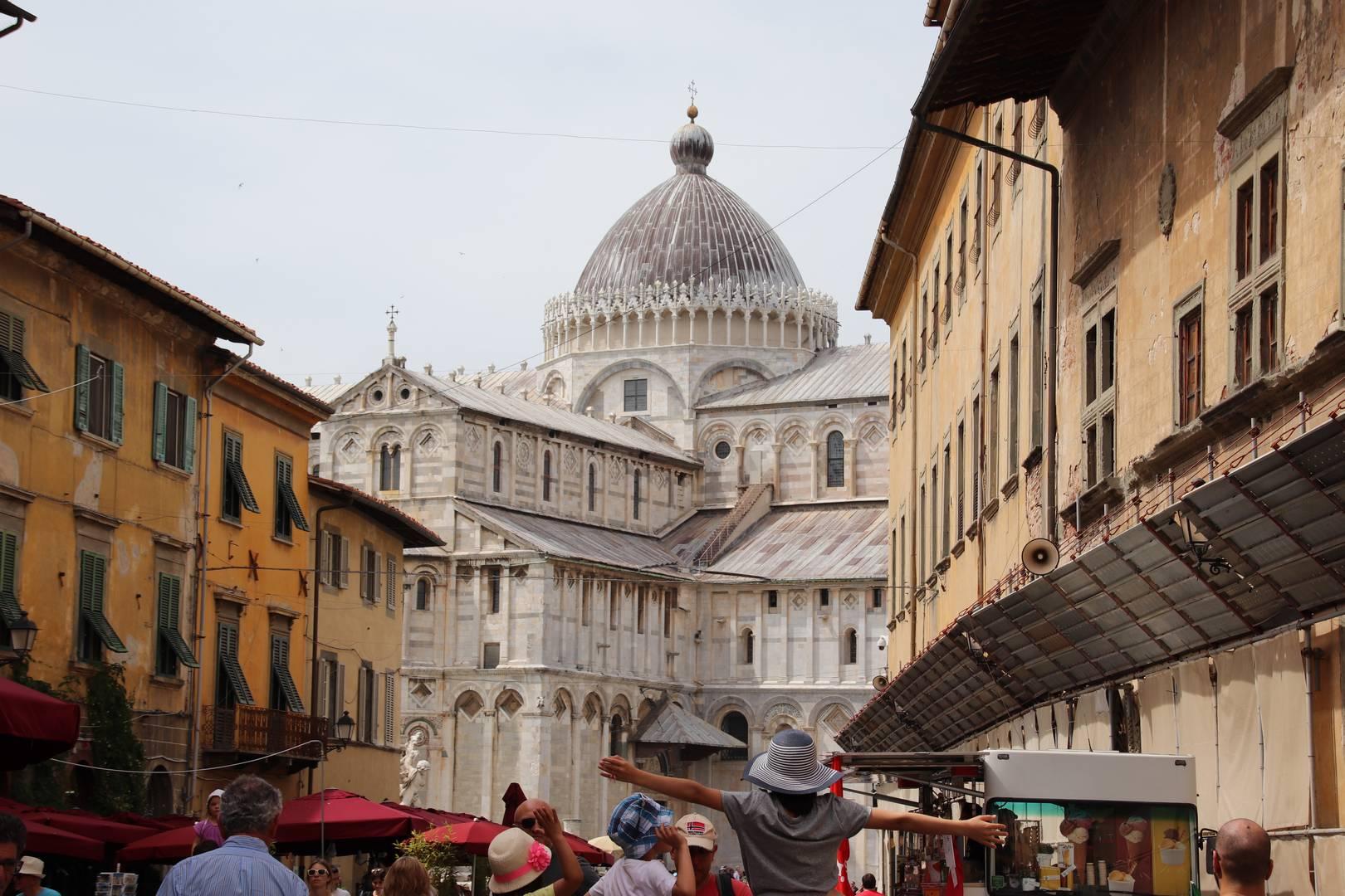 Italie - Cathédrale de Pise vue depuis les ruelles colorées
