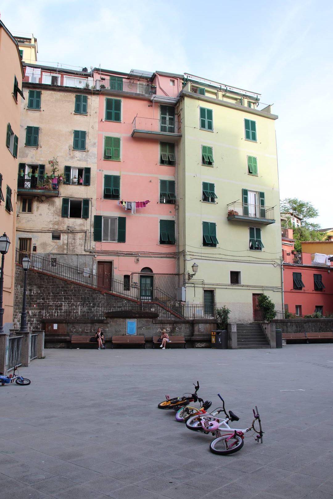 Italie - Vélos sur la place du village de Riomaggiore au parc des Cinque Terre